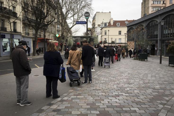 Las reglas de seguridad obligan a tomar una distancia de un metro entre las personas. Las tiendas de alimentos permanecen abiertas, pero restringen el número de personas que compran al mismo tiempo, creando una gran cola frente a las tiendas.