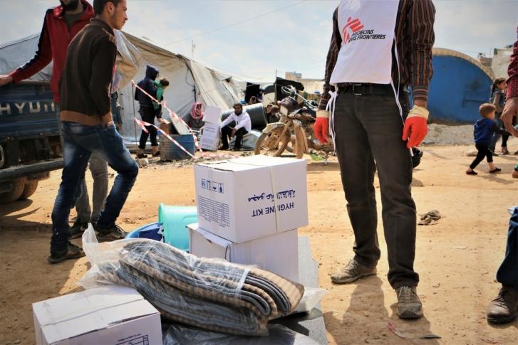 Nuestros equipos distribuyen carpas y artículos de primera necesidad en en el área de Abo Obaida, en Siria.