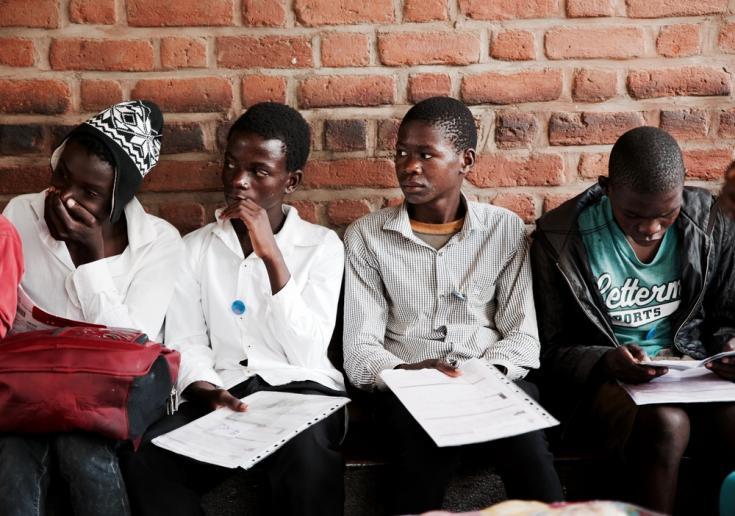 Adolescentes esperan su turno para tener una consulta médica en el Club de Adolescentes de Médicos Sin Fronteras en Chiradzulu. Foto tomada en Malaui antes de que el COVID-19 se extienda por África.