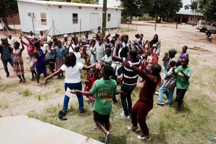 En el Club de Adolescentes, el día termina con algunos cantos y bailes para celebrar el final de la jornada. Foto tomada en Malaui antes de que el COVID-19 se extienda por África.