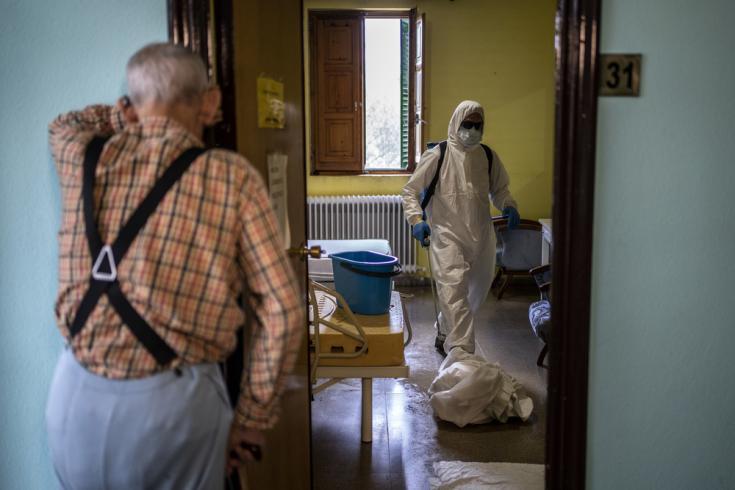 Voluntarios del cuerpo local de bomberos en labores de desinfección en la residencia Nuestra Señora de las Mercedes de El Royo (Soria). España, abril de 2020.