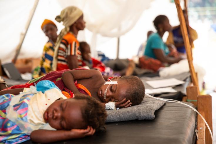Marceline (2 años de edad) y Cristo (1 año de edad) son tratados por sarampión con complicaciones, en carpas de aislamiento de MSF en el hospital del distrito de Baboua, República Centroafricana.