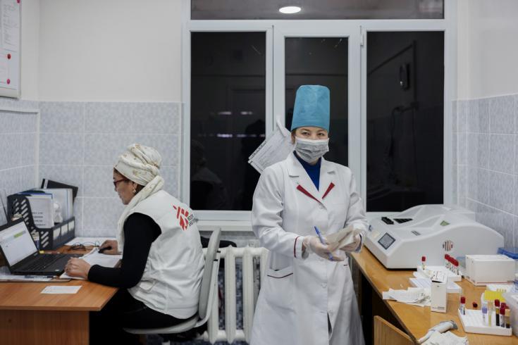 El equipo técnico de Médicos Sin Fronteras (MSF) y el Ministerio de Salud están preparando resultados en el laboratorio recientemente renovado por MSF, en el hospital de Aydarken, Kirguistán.