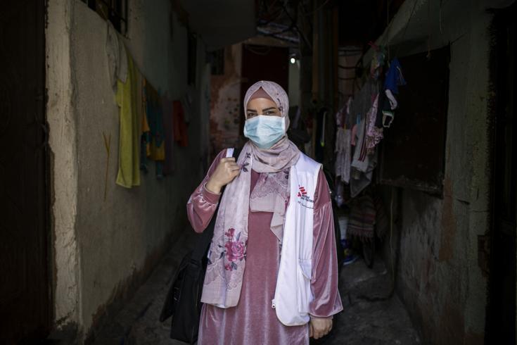 """Hala Hussein, una enfermera de 30 años, ha trabajado en MSF durante los últimos tres años. """"Nací y crecí en el campamento de Burj al-Barajneh. Estoy orgullosa de trabajar para mi gente y ayudar a mi propia comunidad """", dice."""