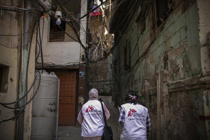 Dayana Tabbarah, promotora de salud, y Hala Hussein, enfermera, en las calles del campamento de Burj al-Barajneh, Beirut, en Líbano.