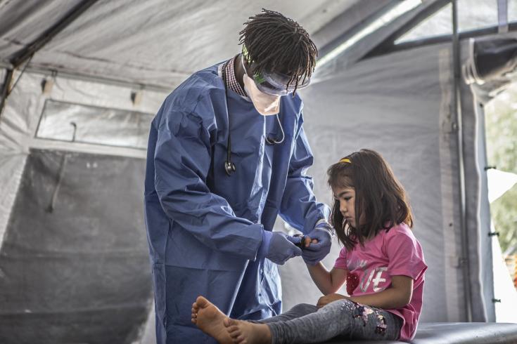 Para reducir el riesgo de contagio por COVID-19 en los campos de desplazados, MSF distribuye kits especiales de higiene que incluyen jabón, desinfectante, detergente y folletos informativos sobre el nuevo coronavirus.Anna Pantelia/MSF