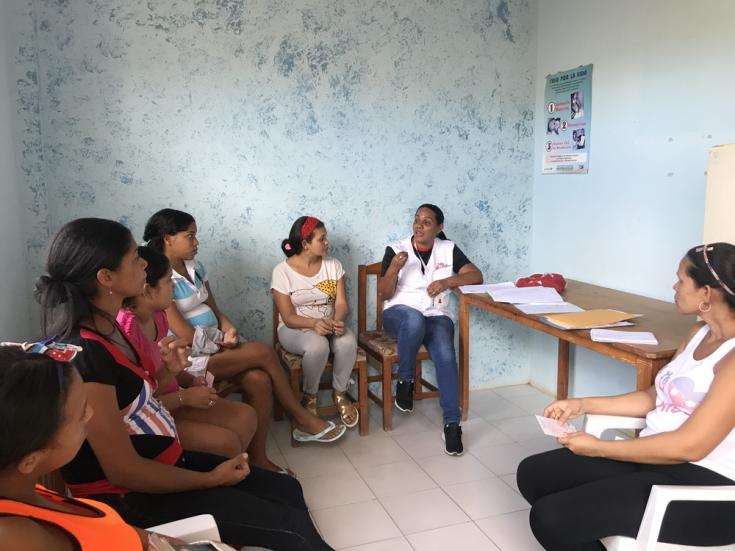 Sesión de promoción a la salud con un grupo de embarazadas en el Ambulatorio de Guaca en Carúpano.
