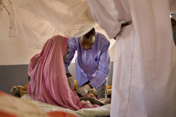 Un miembro del personal de MSF verifica la condición de un niño ingresado en el centro de salud apoyado por MSF en Tawila, en el estado de Darfur del Norte, Sudán.