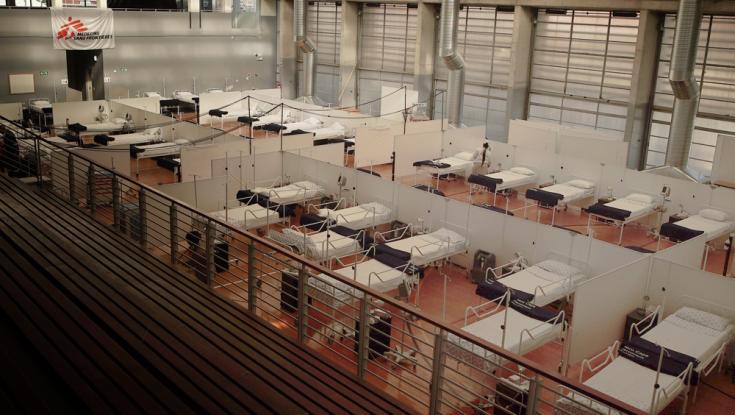 La instalación con 60 camas dentro del hospital de campo que instalamos en Khayelitsha, Ciudad del Cabo, Sudáfrica.