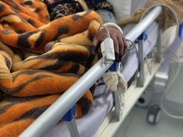 Una mujer recibe asistencia con oxígeno en la unidad de cuidados intensivos (UCI) del centro COVID-19 Sheikh Zayed apoyado por MSF en Saná, Yemen.