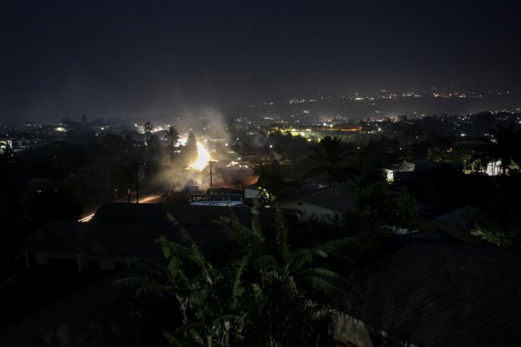 Vista nocturna de Bamenda, la capital de la región noroeste de Camerún.