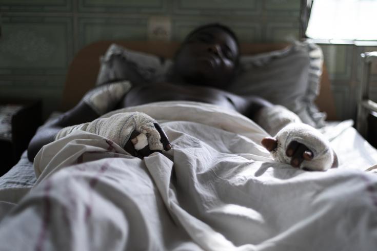 Paul fue atacado por hombres armados que lo torturaron y le dispararon cinco veces. Sobrevivió y está siendo tratado por médicos y cirujanos de MSF en el Hospital Saint Mary en Bamenda, noroeste de Camerún. . La foto fue tomada a principios de marzo de 2020, antes de que la pandemia de COVID-19 golpeara la región.