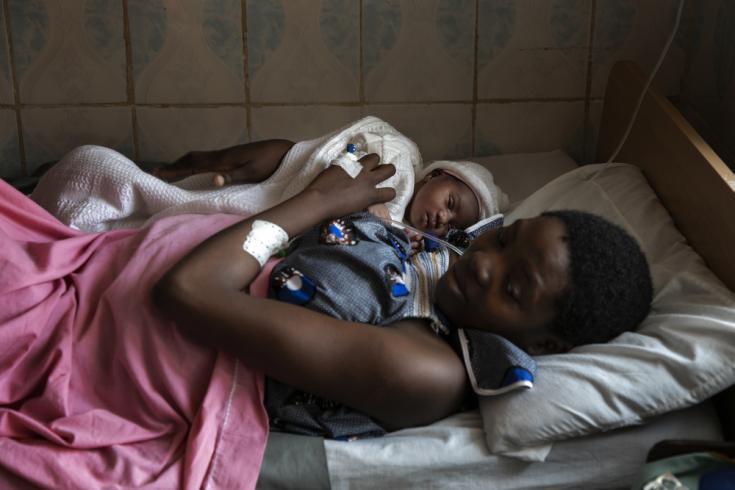 Loveline posa con su bebé que nació en el hospital Saint Mary Soledad apoyado por MSF en Bamenda, noroeste de Camerún. . La foto fue tomada a principios de marzo de 2020, antes de que la pandemia de COVID-19 golpeara la región.