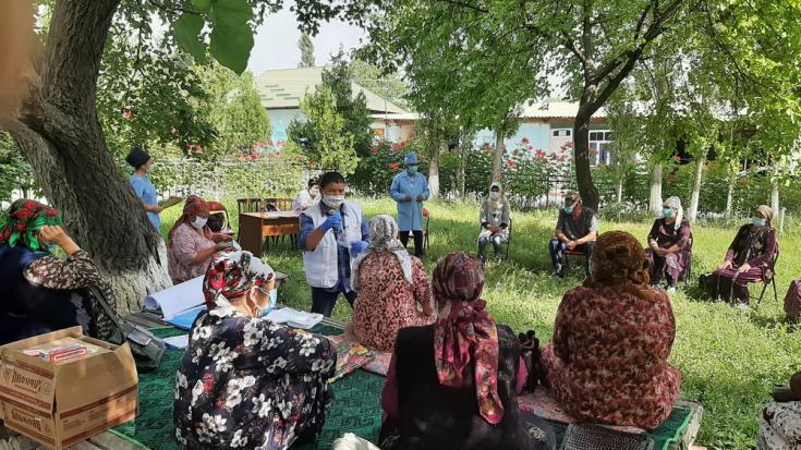 El personal de MSF organiza una sesión de información para la salud sobre COVID-19 en Aydarken, Kirguistán.