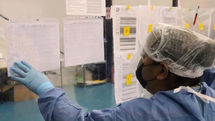 Enfermera revisando el estado clínico de los pacientes en el centro COVID-19 en Reynosa, México.