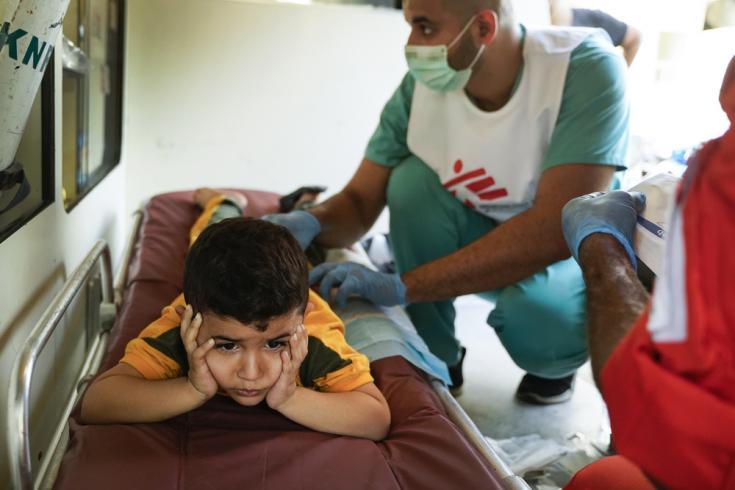 Hamza tiene cuatro años, está recibiendo tratamiento para heridas en el punto médico de MSF en Beirut después de la explosión del 4 de enero.