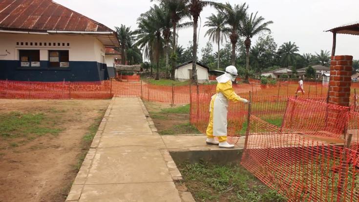 Personal médico se prepara para ingresar al centro de tratamiento del ébola apoyado por MSF en Bolomba.