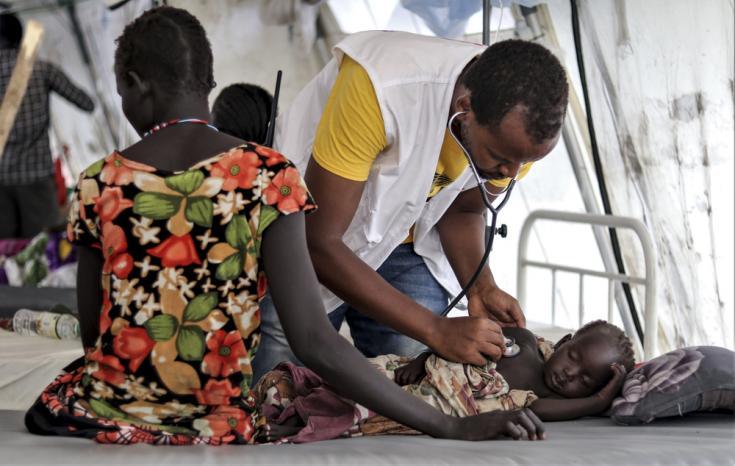 Personal de MSF examina a un paciente en la unidad de internación de Médicos Sin Fronteras en la ciudad de Pibor, Sudán del Sur. 7 de septiembre de 2020.