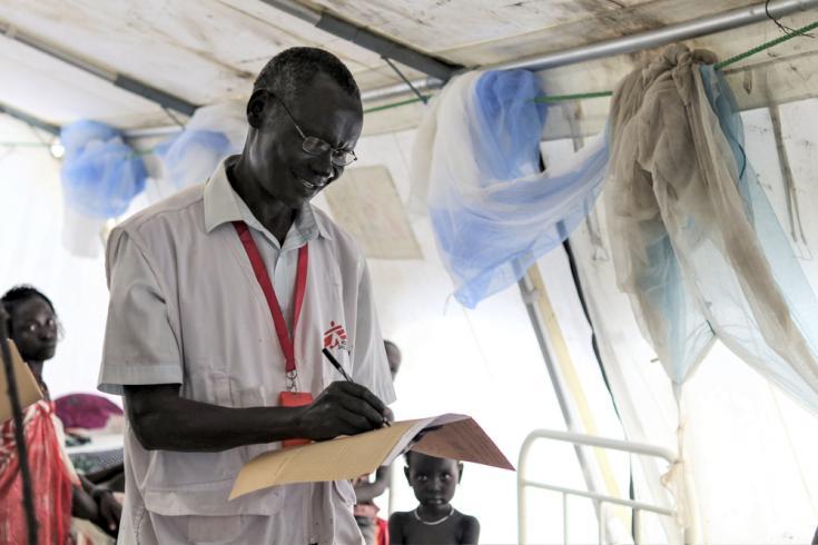 Personal de Médicos Sin Fronteras (MSF) actualiza la tarjeta de un paciente en la unidad de hospitalización de MSF en la ciudad de Pibor, Súdan del Sur. 7 de septiembre de 2020.