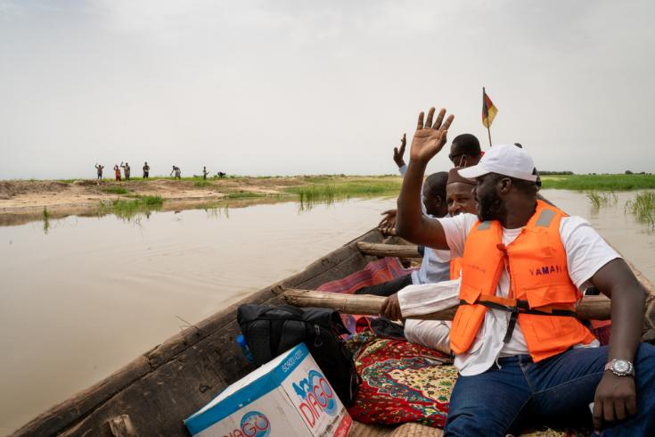 El equipo de vacunación de MSF llega en canoa a la aldea de Tassakane, región de Tombuctú, en el norte de Mali.
