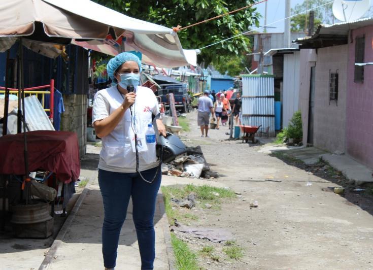 Nuestra trabajadora comunitaria en El Salvador, Margarita Trejo, anuncia la jornada de vacunación casa por casa.