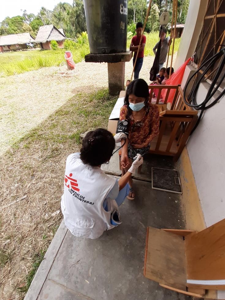 Nuestra enfermera tomando la presión arterial a una person en el puesto de salud. Nuestros equipos estaban apoyando al personal del Ministerio de Salud provincial.