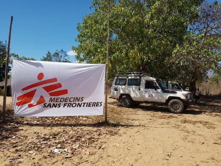 Bandera y vehículo de MSF en el centro de alojamiento temporal 25 de Junho en Metuge. La clínica móvil de MSF permitió el acceso a la atención médica a desplazados internos y comunidades de acogida afectadas por el conflicto en curso en Cabo Delgado.