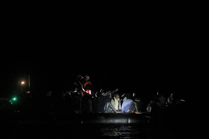 Un grupo de personas a bordo de un bote de goma, en una de las operaciones de rescate realizadas por el Ocean Viking.