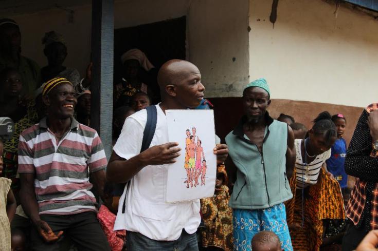 Bondayilahun, Sierra Leona, marzo de 2019: el promotor de salud, Tamba Magnus Aruna, visita regularmente aldeas como Bondayilahun para informar a la población sobre temas de salud.
