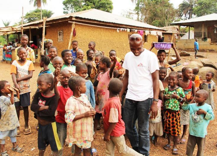 Sierra Leona, marzo de 2019: una cálida bienvenida: los niños están felices de ver al promotor Tamba Magnus Aruna.