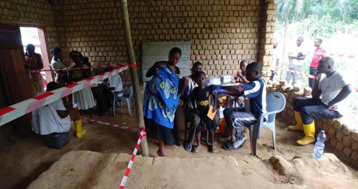 El personal de MSF vacuna a los niños contra el sarampión en República Democrática del Congo.