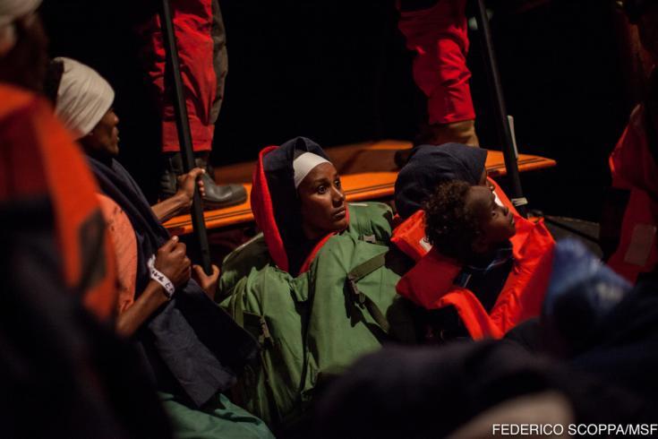Niño refugiado en un bote Mediterráneo