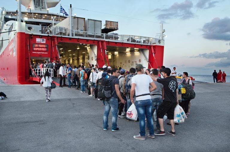 Refugiados y gente que va a pedir asilo abordando al barco hacia Atenas. Después de obtener el permiso provisorio de residencia dejan la isla y siguen camino © Alessandro Penso