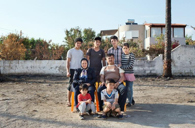 """Una familia afgana """"Viajamos por Pakistán, Irán y Turquía antes de llegar a Grecia. Trabajé mucho para garantizar un futuro a mis hijos"""" dice el padre. © Alessandro Penso"""