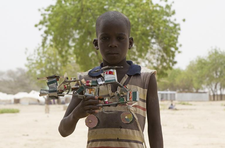 Bagada Modu vive en Nigeria y muestra orgulloso su helicóptero de juguete hecho a mano.