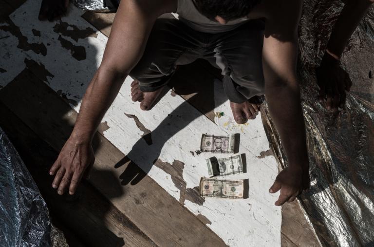 Un hombre rescatado por un barco de Médicos sin Fronteras de un bote de madera en el Mediterráneo, con todas sus posesiones (17 dólares)