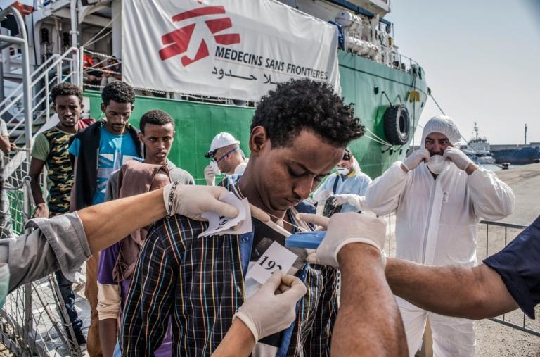 Autoridades italianas le ponen un número a un refugiado que desembarca del barco de rescate de Médicos Sin Fronteras  Francesco Zizola/NOOR