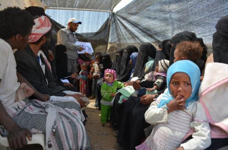 Desplazados internos en la sala de espera de una clínica móvil en Khamer, Yemen.