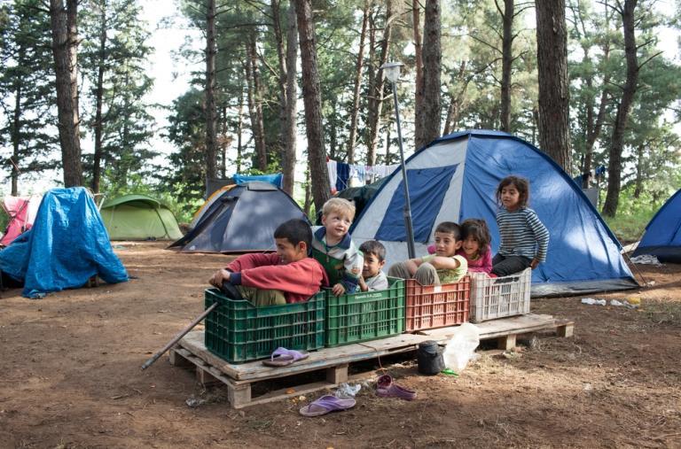 Varios niños sirios inventaron un tren improvisado en un campo de refugiados en Evzoni, Grecia.