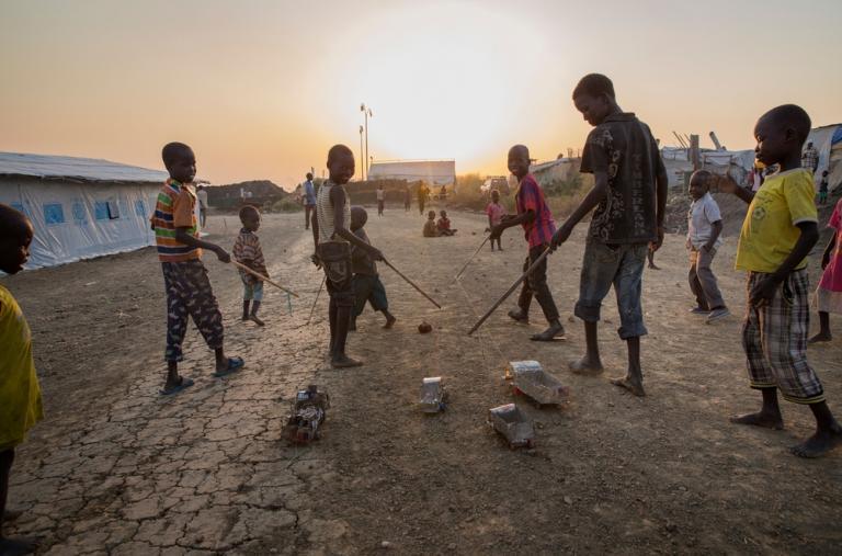 ¿Qué se puede hacer con las latas vacías de jugo? Los niños de Sudán del Sur lo saben bien: arman autos y camiones de estaño. Rápidamente cobran vida por las calles de los campos de desplazados.