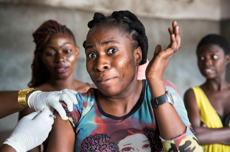 Fotografía que muestra a una mujer siendo vacunado durante la Campaña de vacunación contra la fiebre amarilla en Kinshasa, República Democrática del Congo. ©D. Telemans