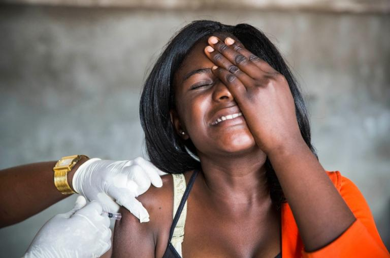 Fotografía que muestra a una mujer siendo vacunada durante la Campaña de vacunación contra la fiebre amarilla en Kinshasa, República Democrática del Congo. ©D. Telemans