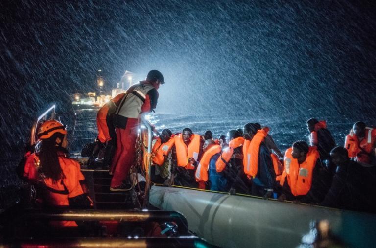 El equipo de búsqueda y rescate de MSF y SOS Mediterannee trabaja en terribles condiciones en el mar Mediterráneo mientras ayuda a un barco donde se encuentran migrantes y refugiados en peligro frente a la costa norte de Libia ©Kevin McElvaney