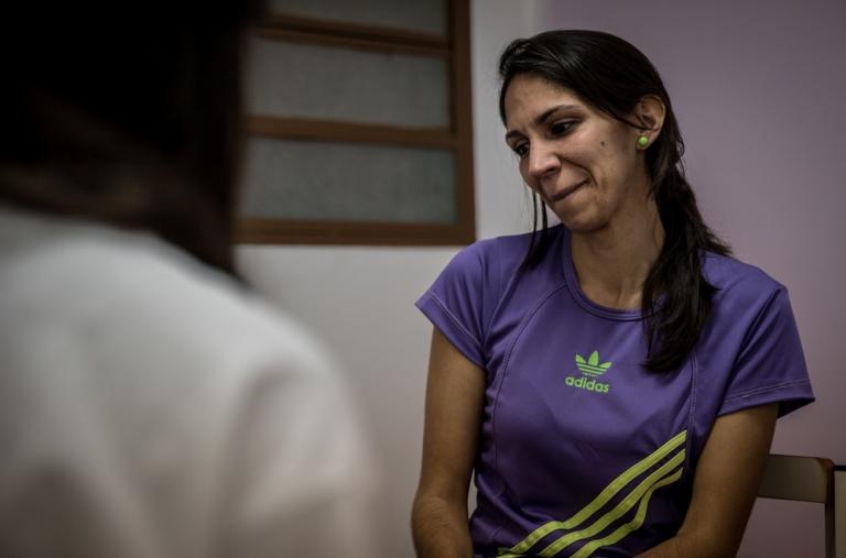 """Yaneiri cuenta cómo su marido fue asesinado frente a su casa el pasado agosto. """"La terapia me ha dado herramientas para salir de mi situación y me da esperanza de que no todo terminó"""", reconoce. ©Marta Soszynska / MSF"""