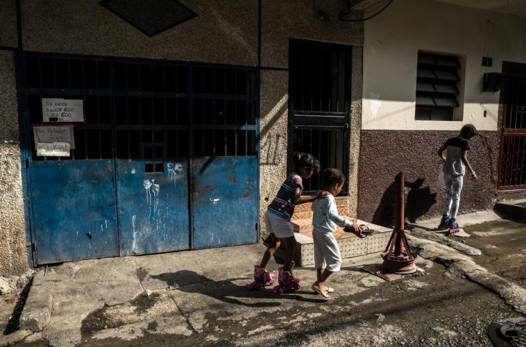 Chicos jugando en las calles de Petare ©Marta Soszynska / MSF