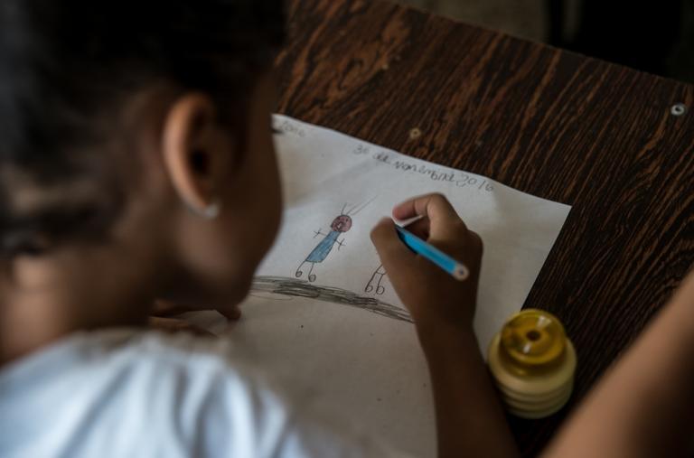 """Una niña dibuja """"miedo"""" durante una sesión psicosocial ©Marta Soszynska / MSF"""