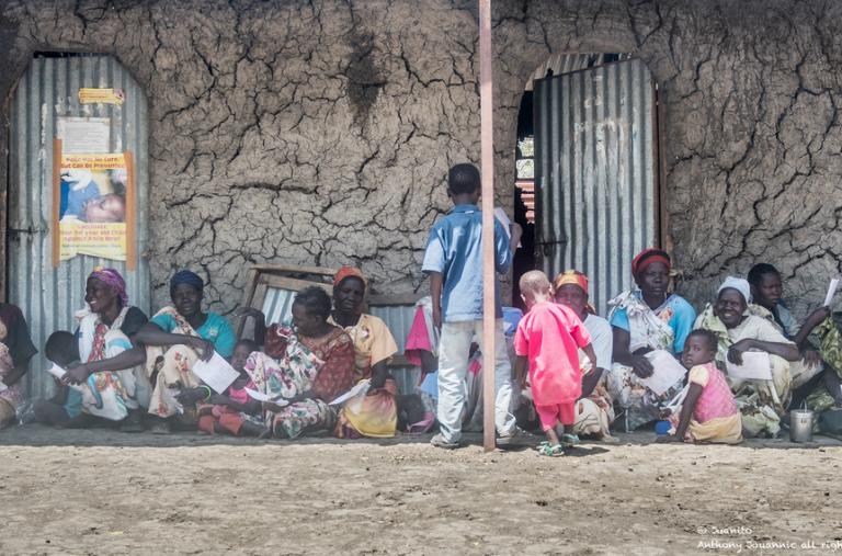 Pacientes haciendo fila para ser atendidos en la clínica de MSF en Aburoc. En mayo de 2017, sursudaneses provenientes del campo de desplazados internos de Aburoc (IDP) comenzaron a llegar masivamente a través de la frontera con Sudán.©Anthony Jovannic/MSF