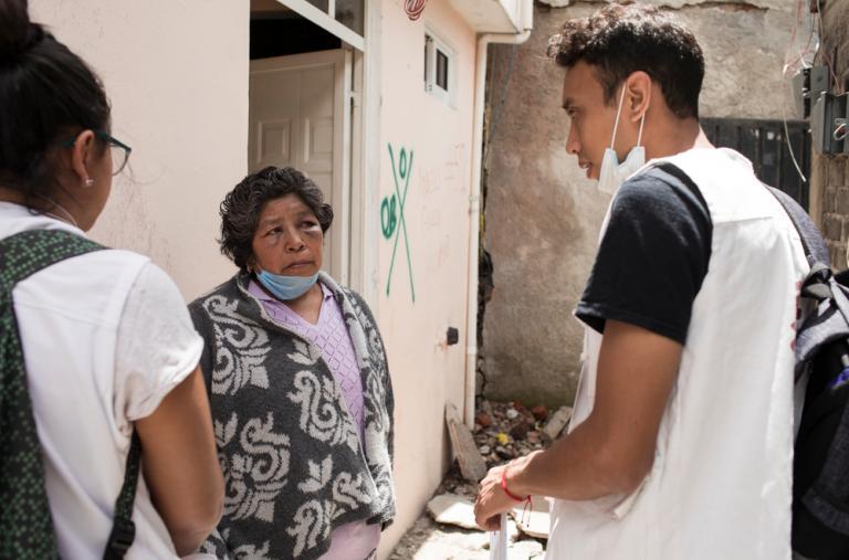 Ernestina Fuenleal, de 62 años, habla con dos miembros de MSF durante una primera sesión de Atención Psicológica frente a su casa, que ha quedado inhabitable después de ser severamente dañada por el terremoto. ©Jordi Ruiz Cirera