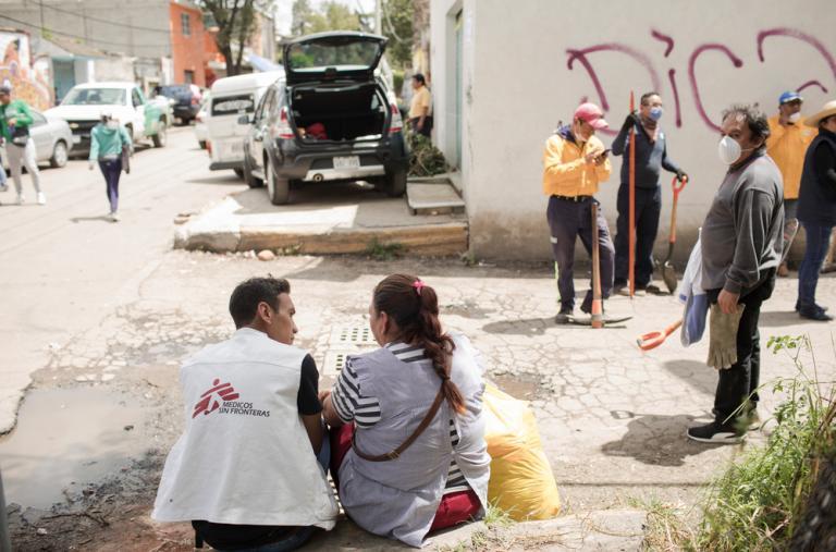 Alfredo Cabrera, del equipo MSF, ofrece una primera atención psicológica a una residente en San Gregorio. ©Jordi Ruiz Cirera