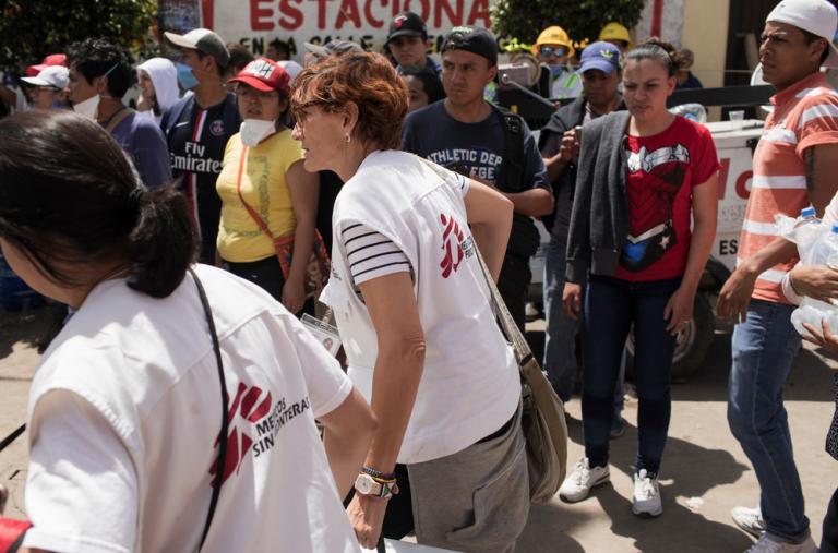 El equipo de MSF se apura con suministros médicos después de la llamada de los equipos de rescate en el edificio derrumbado anunciando que había alguien vivo a punto de ser rescatado. ©Jordi Ruiz Cirera